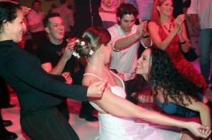 רקדנים סמויים בחתונה