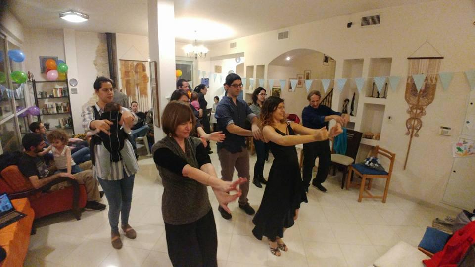 צוות לרקוד מהלב במסיבת יום הולדת 65 בבית פרטי