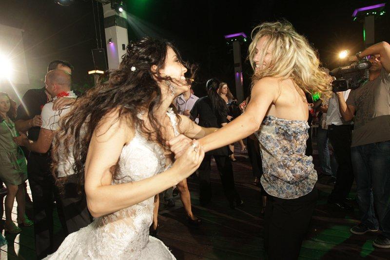 ריקוד חופשי ברחבה בחתונה
