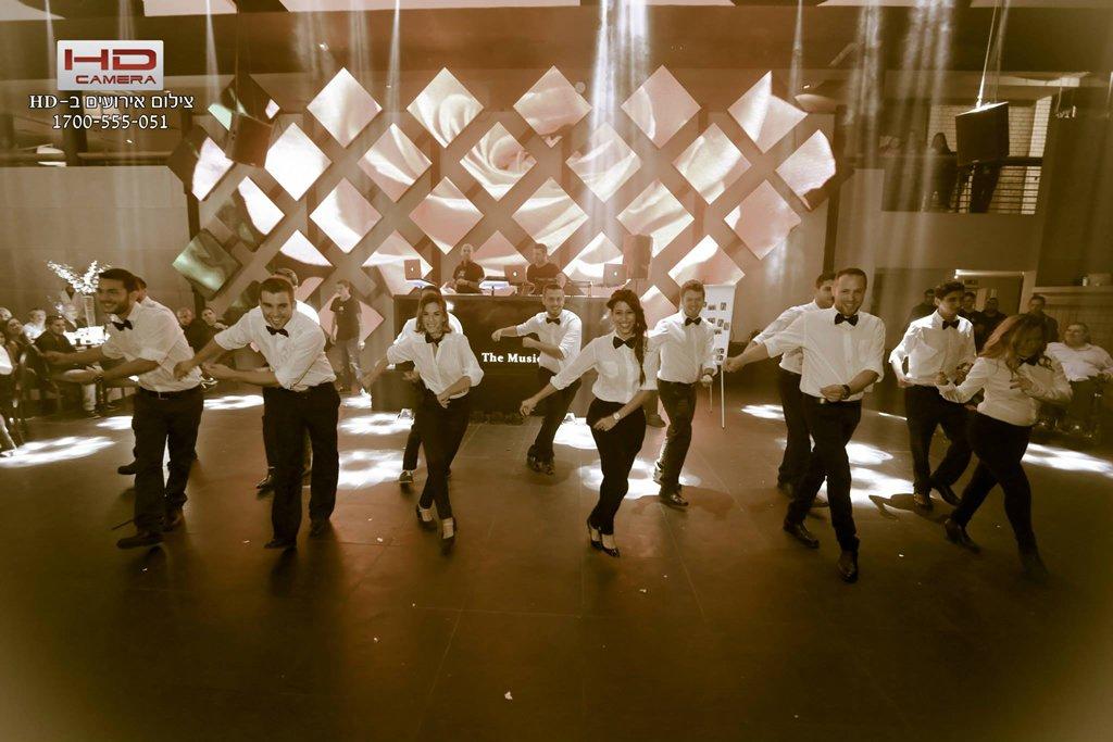 ריקוד פלאש מוב של החתן והחברים כהפתעה לכלה המוני עם סטודיו לרקוד מהלב
