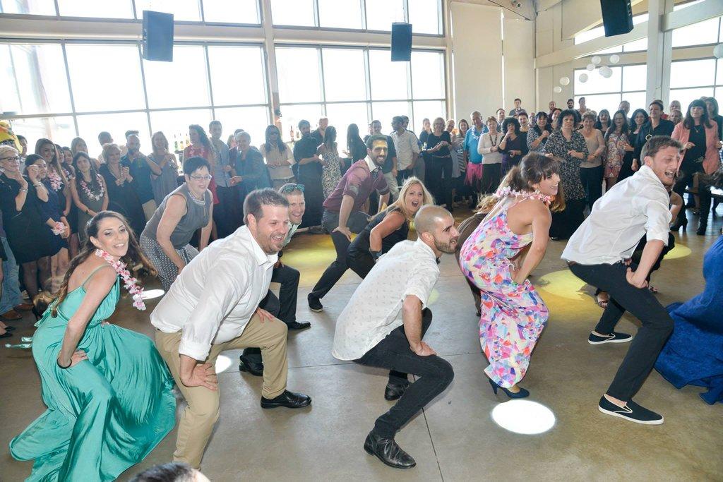 ריקוד פלאש מוב של החתן והחברים